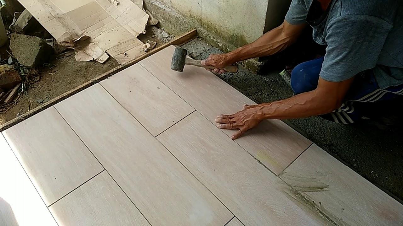 Pemasangan granit lantai motif kayu,ukuran 80 cm×20 cm