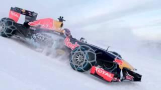 Болид формулы 1 на снежной трассе.