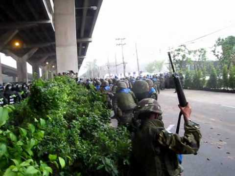 Army & Police clash with Red Shirts on the Vibhavadi-Rangsit Highway, 28 April 2010