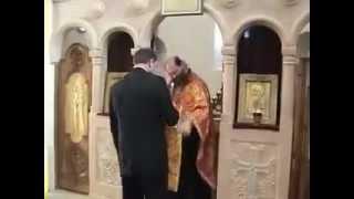 Священник бьет жениха по голове.