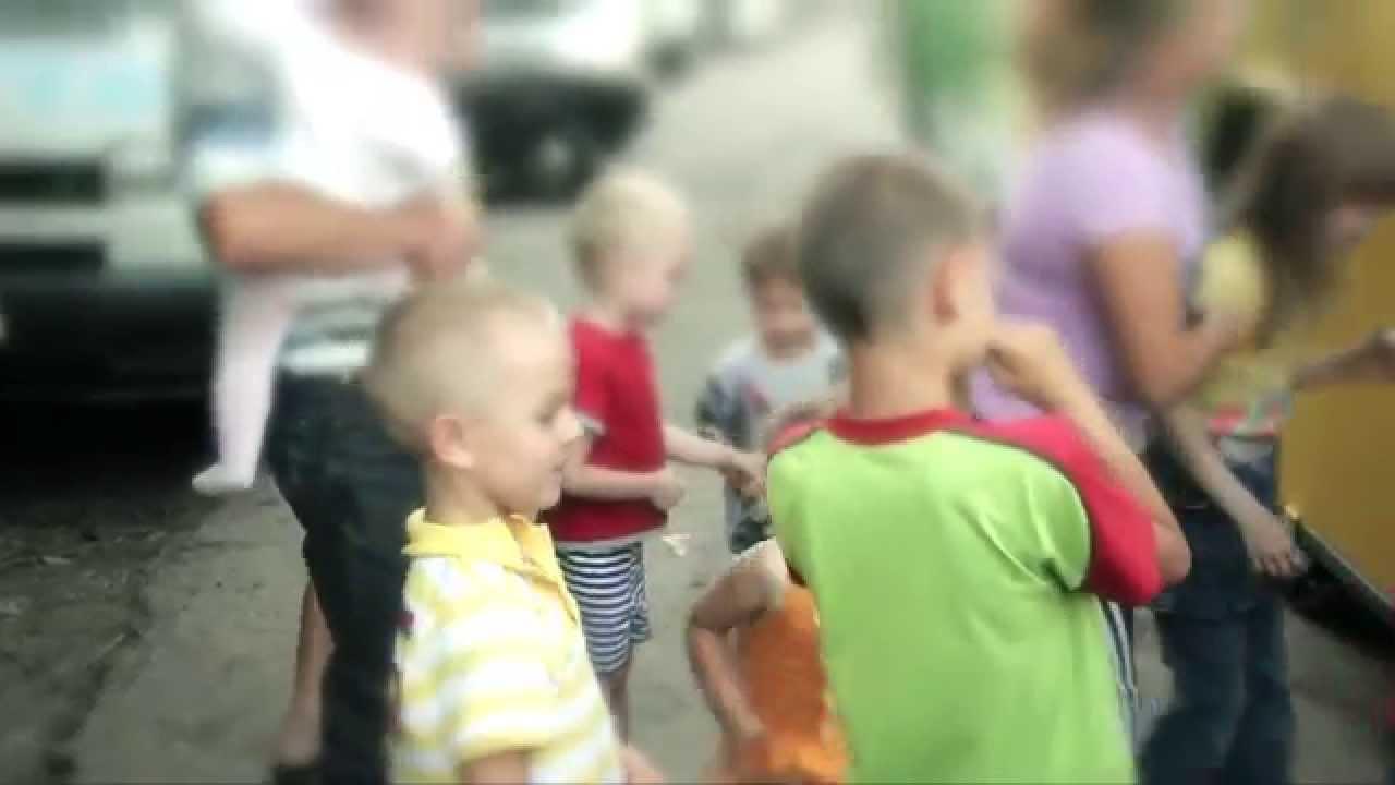 Женщины и дети покидают дома, спасаясь от беспредела киевской хунты