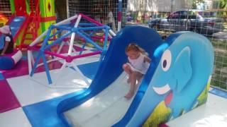Эльвира играет на детской площадке.Детский развлекательный центр.Детский городок.
