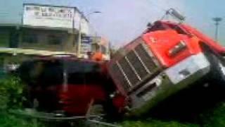 vuelca trailer  ( aplasta 2 vehiculos en la Mexico - Puebla)