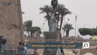 مصر العربية | الرقص على رأس تمثال رمسيس الثانى بمعبد الأقصر