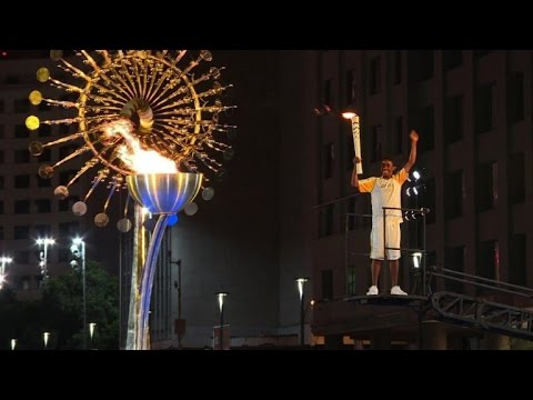 rio une flamme olympique br le dans le centre de la ville youtube. Black Bedroom Furniture Sets. Home Design Ideas
