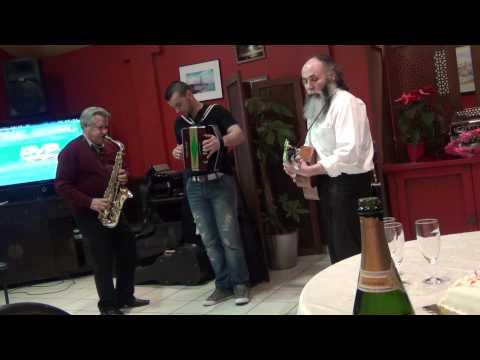 Igor monteiro a tocar musica popular numa velhinha Senhor Buralho ao saxofone no café a Ponte