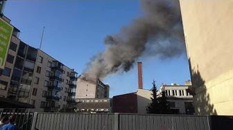 Omenahotellin katto palaa Porissa.