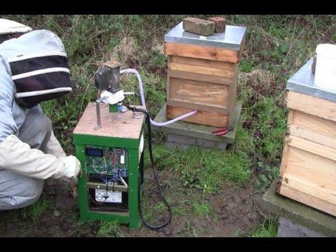 Beehive fumigation machine for varroa mites using oxalic acid