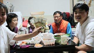 [Hàn Quốc] Khui quà Việt Nam, cha tặng tiền con, cả nhà ăn đùi heo hầm, thịt luộc, Makkuksu