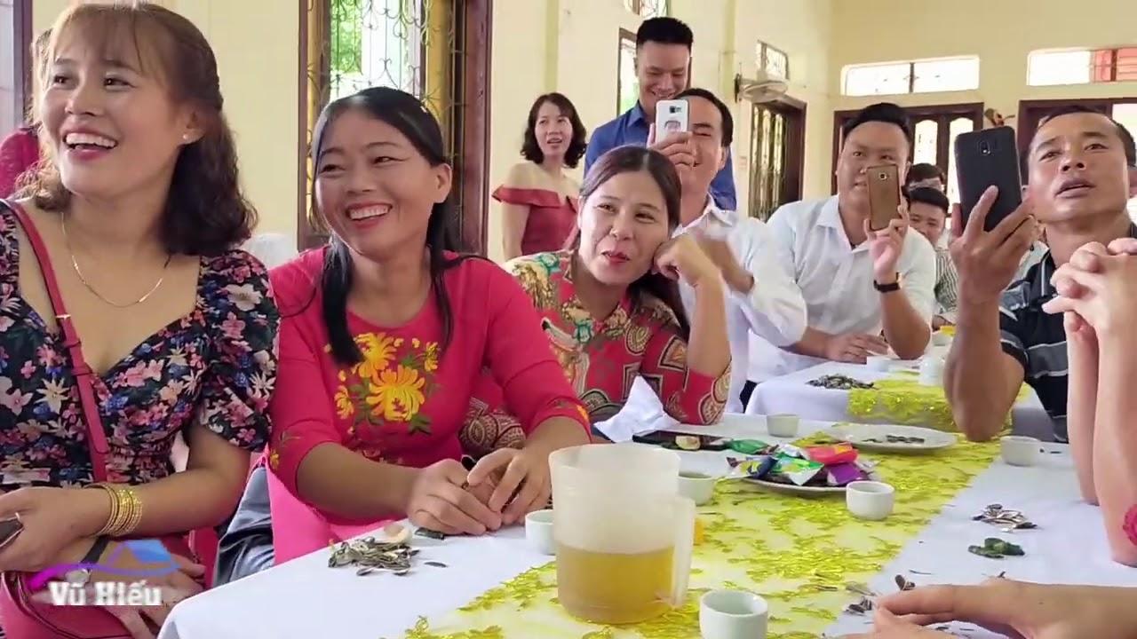 Mẹ cô dâu nhảy tưng bừng trong đám cưới con gái