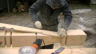 Работа по дереву. Резной столб. Опытный плотник. Строительство из дерева.(На видео опытный плотник при строительстве деревянного дома обрабатывает резной столб. Строительство..., 2015-07-27T17:27:23.000Z)