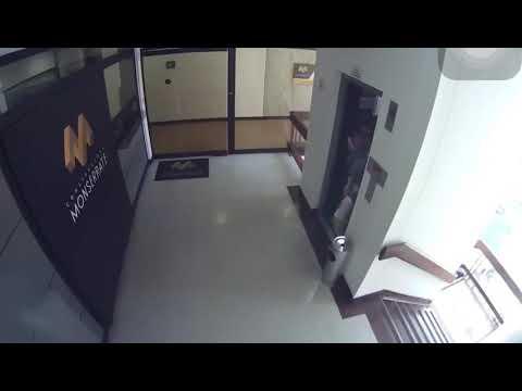 Salva a su hijo de caer al vacío por el hueco de las escaleras en el último segundo