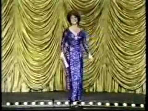 Elizabeth Taylor:presents Award (so funny)