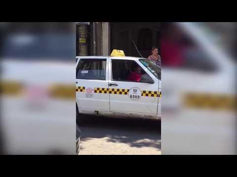 Una mujer obliga a disculparse a un taxista que la acosó