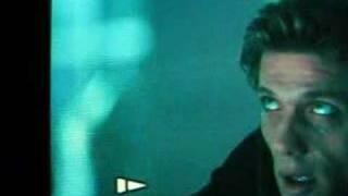 映画「バイオハザード2」に映りこむ人影