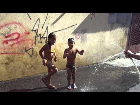 Gaby e Gabriel  Em um dia de banho de mangueira