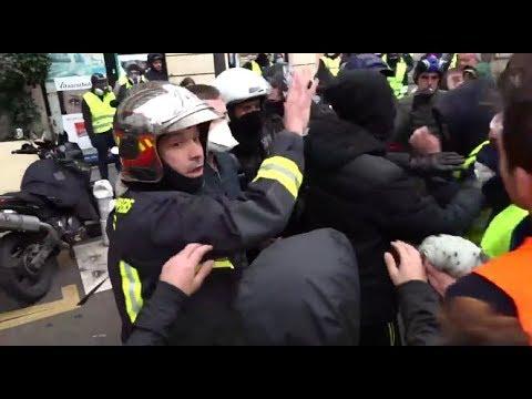 Les CRS ont dû ouvrir la voie à ces pompiers pour qu'ils puissent intervenir