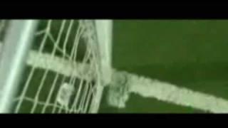 inslito arquero achica el arco para evitar que le anoten goles