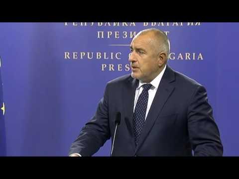 Бойко Борисов: След първия тур, когато бяха гласувани трите точки на референдума, сме длъжни да ги приведем в сила. Никой преди изборите не обясни какви са рисковете от такъв референдум, защото това беше модерно и най-вече, защото е срещу мен и ГЕРБ. Ние си изпълняваме ангажиментите всеки ден, оставаме верни на това, което е казал народът. Моето усещане е, че сега другите започват да разсъждават и да оспорват вота от референдума. Дори и на пленума на БСП чух и самия Радев да го оспорва. Оспорваме гласа на 2,5 млн. избиратели, които са гласували за референдума, но не оспорваме тези 1,8 млн., които са гласували за президент. Честно ли е? Не. Нещо повече, победителят на изборите Румен Радев не присъства днес на Консултативния съвет по национална сигурност. Не разбирам как вече ползваш държавна охрана, но изведнъж не е удобно да участваш в такива преговори и теми. Още повече, че това беше една политическа консултация, не е било нещо, което да носи класифицирана информация. Виждам, че се откриват всякакви възможности предвид политическата ситуация в страната, има партии, които заявяват, че могат да съставят правителство. Който иска да направи мандат в този парламент, трябва да си излъчи премиер, министри и да си носи отговорността. Ние преди две години предложихме коалиция на РБ и ПФ, те казаха, че няма да влизат в нея, а само ще подкрепят дадени решения. Това им дължа и аз. Аз мога да съм министър-председател само с мандат на ГЕРБ.