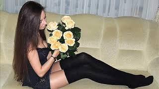 Красивые девушки с цветами, короткие юбки