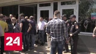 Очередь занимают с пяти утра: столпотворение возле миграционных центров Луганска - Россия 24