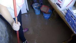 Vecinos de Fuenmayor (La Rioja) limpian sus viviendas tras una fuerte tormenta