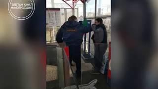 КОНТРОЛЛЕРЫ избивают пассажира. Московская область. Раменское