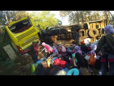 Kecelakaan Bus Piknik PAUD Gresik dengan Truk dan mobil niaga