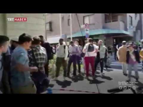 Tokyo Camii'nde namaz kılmak isteyen Müslümanlar sıraya girdi.