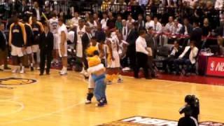 2009 NBA 台北賽--李詠嫻被整實錄!!!! 吉祥物好機!! 超好笑