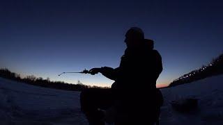 Встретил новый день на реке Зимняя рыбалка Полная версия