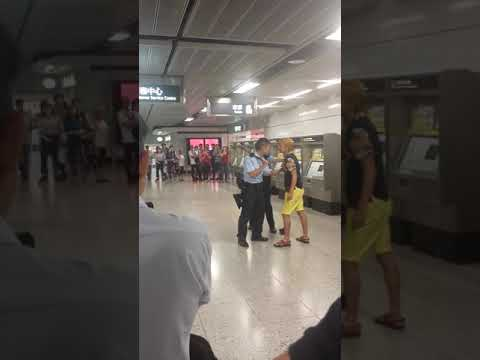 Hong kong police arresting a man in Central MTR station 香港 警察