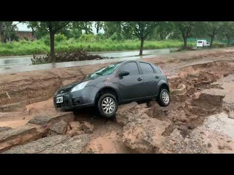 La lluvia abrió una grieta en la calle y un auto quedó atrapado