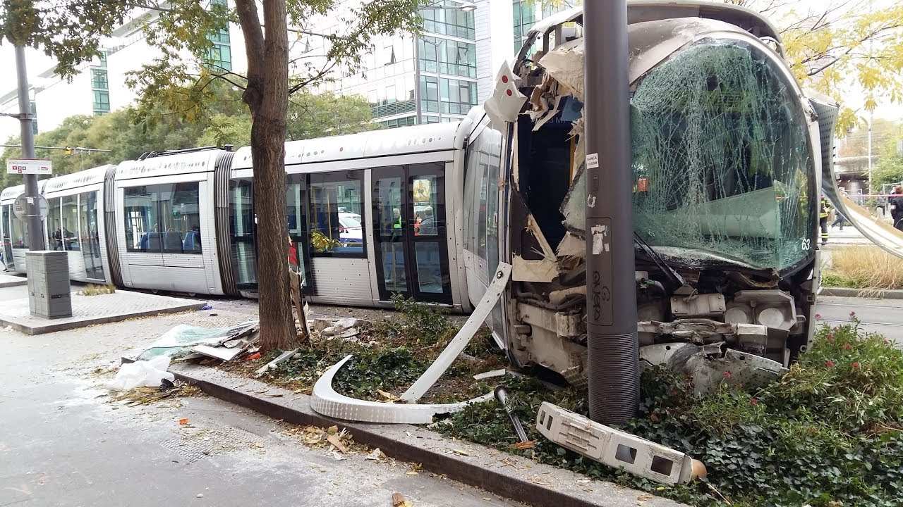 un tramway d raille apr s une collision avec une voiture lyon part dieu 16 bless s youtube. Black Bedroom Furniture Sets. Home Design Ideas