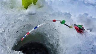 МЕШОК РЫБЫ С ЛУНКИ КЛЁВ КАК в ЯКУТИИ Первый лёд на водохранилище 2020