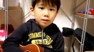 3 летний малыш играет на гитаре