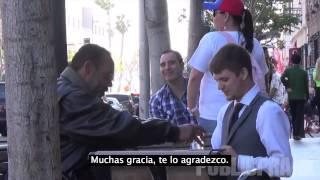 Un Chico Se Viste De Mesero Y Atiende A Gente Sin Hogar