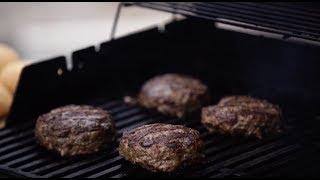 Большой и сочный бургер из мраморной говядины на газовом гриле Weber