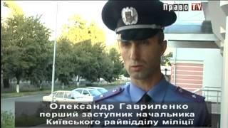 видео В Киеве у подъезда на деваушку напал грабитель