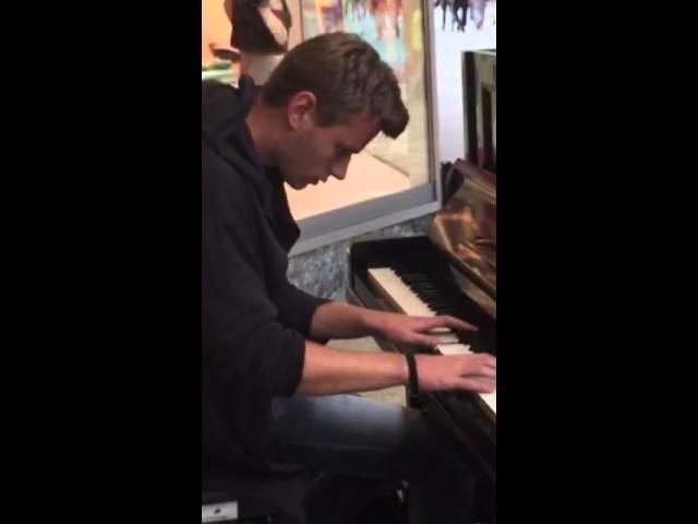 Adrian spielt wunderschön Klavier:)