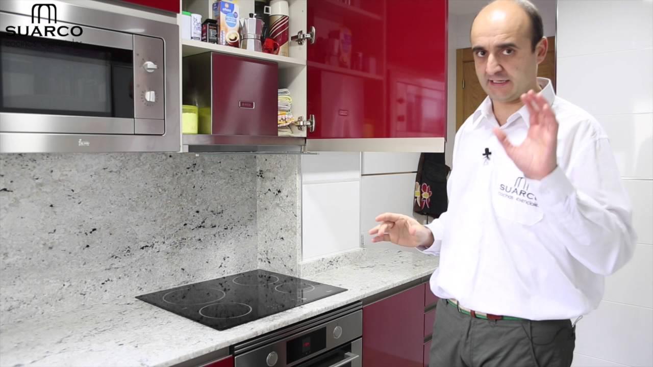 Muebles de cocinas pequeas modernas en color burdeos y