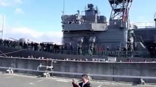 阪神基地隊 ウィンターフェスタ2016 護衛艦あぶくまに、号笛(サイドパイプ・ホイッスル)・ラッパ・手旗で交信する少年がいます。...
