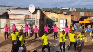 ילדים באוגנדה רוקדים לשיר