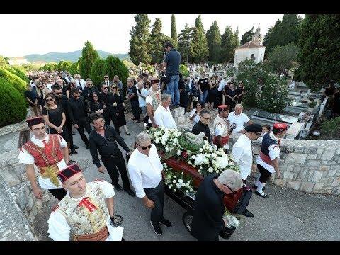 Tisuće ljudi zauvijek se oprostilo od Olivera na groblju sv. Roka u Vela Luci