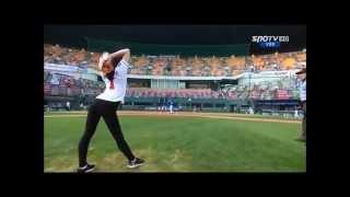 Девушки видео  Красивая девушка подает мяч Смотреть видео