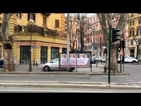 Roma amaneció empapelada con afiches contra el Papa Francisco
