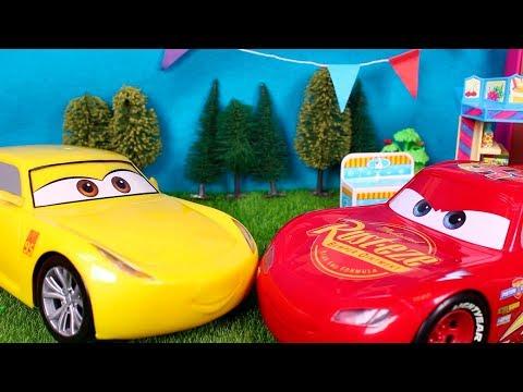 🚗 CARS 🚗 Rayo McQueen y Cruz pasean juntos   Videos de juguetes en español
