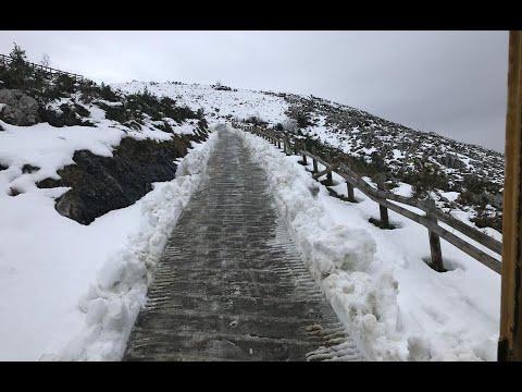 VÍDEO Despejando la nieve en la pista de Cueva Oscura, en Onís