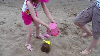 НАШ ВЫХОДНОЙ Развлечение для детей Никита и Милана играют на пляже