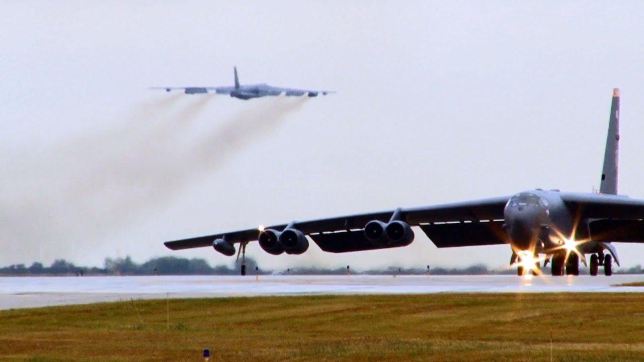 Pesawat pembom B-52. Amerika mengerahkan B-52 ke Teluk Persia menyusul laporan intelijen bahwa Iran mulai memindahkan rudal-rudal balistiknya ke kawasan sama (gambar dari: https://www.youtube.com/watch?v=qKPMZ_t765I)
